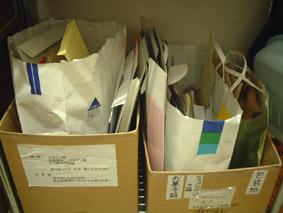 その下の棚には封筒や菓子箱などの厚紙や包装紙などを分別しています。