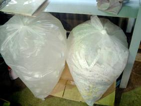 工場の中にも、ビニールに詰めたペットボトルとシュレッダー屑。この他にも、ダンボールも工場内にて待機。これらは毎月1度、リサイクル可能な物は古紙業者に持ち込みます。