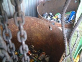 工場内の自動販売機脇には、ドラム缶がふたつ。それぞれ、アルミ缶とスチール缶で分別し、スクラップ業者に引き取っていただいています。こうして分別、リサイクルされたゴミ類は 毎月種類別に重量にて集計し、社内会議にて報告をしています。